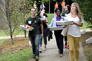 Student volunteers with Campus Kitchens Project deliver food to the needy. (photo courtesy of Linda Kurtz/Campus Kitchens Project)